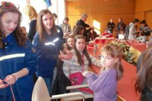 Деца и доброволци заедно в направата на красиви мартенички